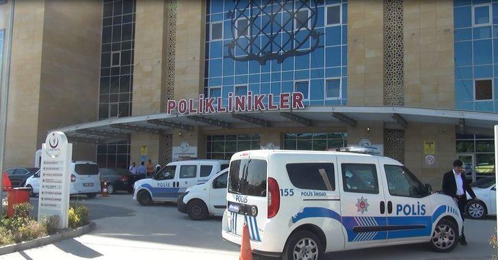 Hastanede bıçaklı kavga: 1'i polis 3 yaralı