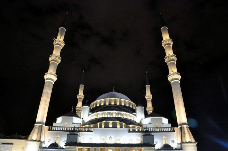 Kadir Gecesi'nde Ankara'da camiler doldu taştı