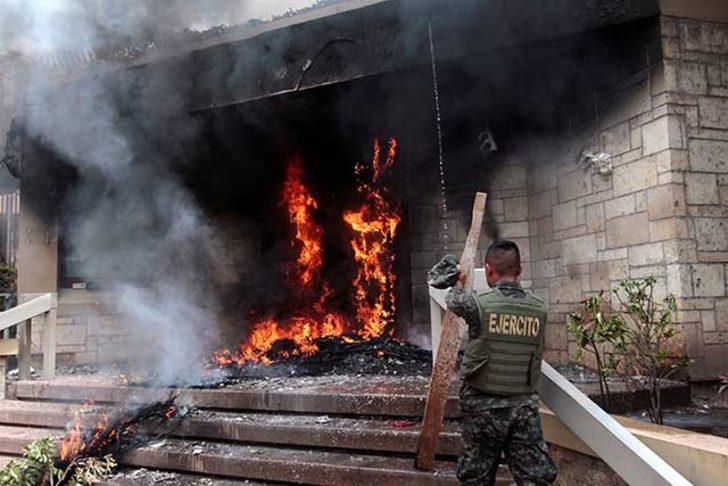 Honduras'ta protestocular ABD Büyükelçiliği'nin binası girişinde lastik yaktı