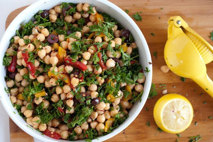 Hafif Doyurucu Ve Sağlıklı Nohut Salatası Tarifi