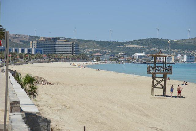 Çeşme Ilıca Plajı'nda şemsiye ve şezlonglar kaldırıldı