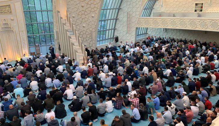 Almanya'da Müslümanlar bayram namazı için camilere akın etti