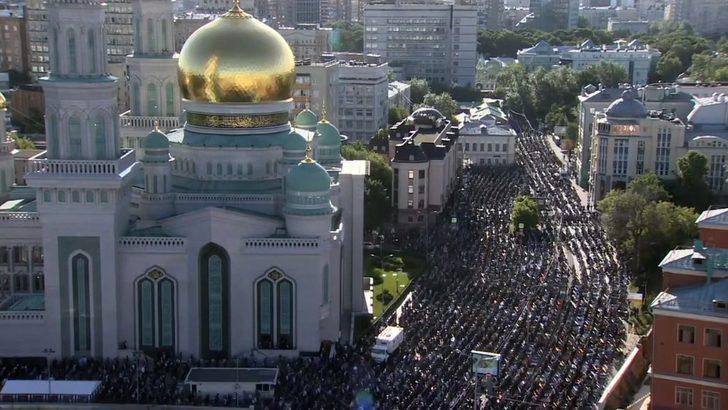 Rusya'da Müslümanlar bayram namazı için camilere akın etti