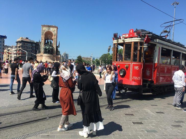 Taksim ve İstiklal'de bayram yoğunluğu