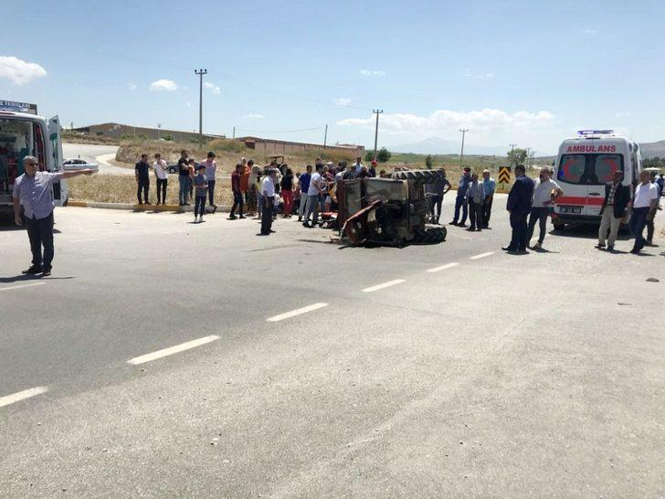 Otomobile çarpan traktör ortadan ikiye bölündü