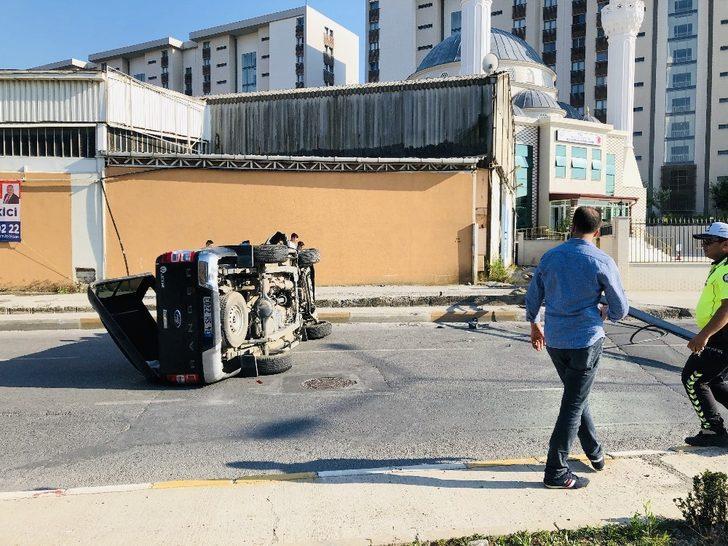 Direğe çarpan kamyonet takla attı: 6 yaralı
