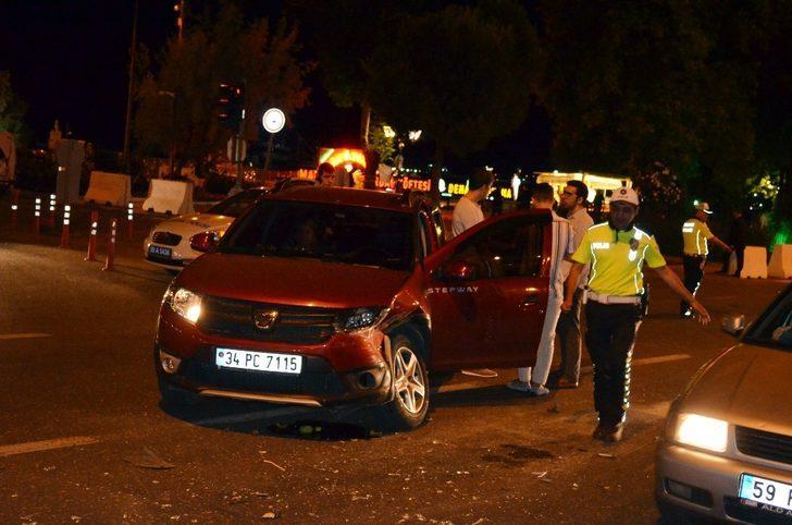 İki aracın karıştığı kaza sahil yolunda aksamalara neden oldu