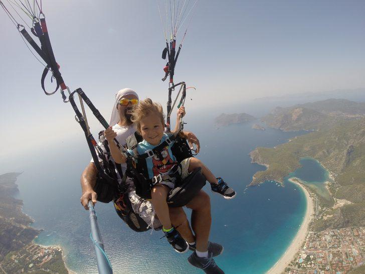 Minik Toprak, babasıyla birlikte yamaç paraşütüyle 1900 metreden atladı