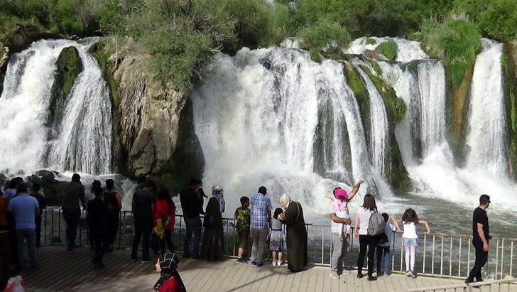 Muradiye Şelalesi'ne ziyaretçi akını