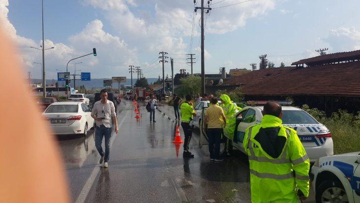 Otobüs, kırmızı ışıkta bekleyen araçlara çarptı: 9 yaralı