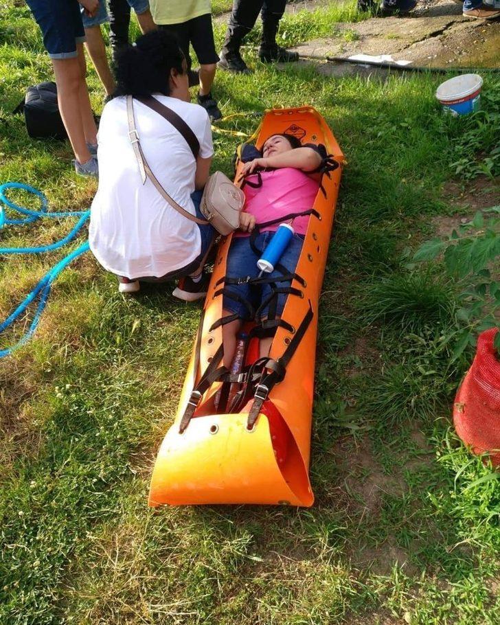 Şelalede ayağı kırılan kadını ekipler 2 kilometre taşıdı