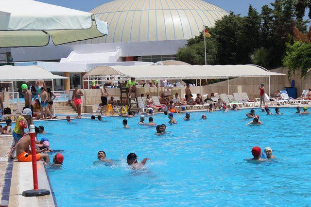 İzmirliler su parkı ve lunaparkta eğlendi