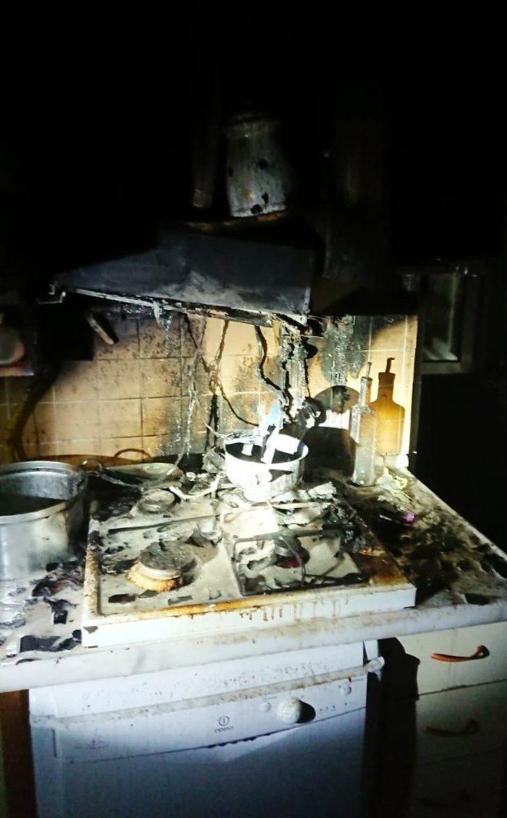 Ocakta unuttuğu yemek mutfağı yaktı
