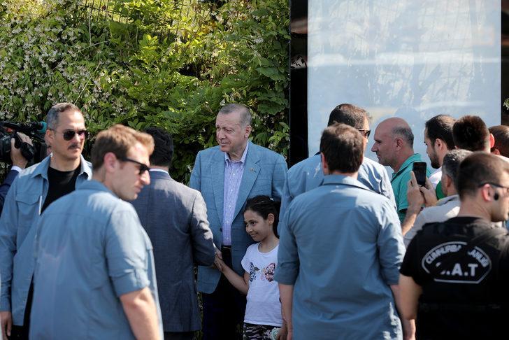 Cumhurbaşkanı Erdoğan yolda vatandaşlarla sohbet etti