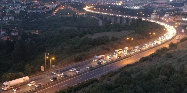 Kocaeli'de dönüş yoğunluğu! Trafik durma noktasına geldi