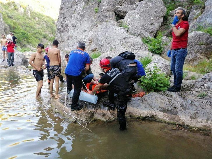 Tabiat parkında ayağı kırılan tatilciyi AFAD ekipleri kurtardı