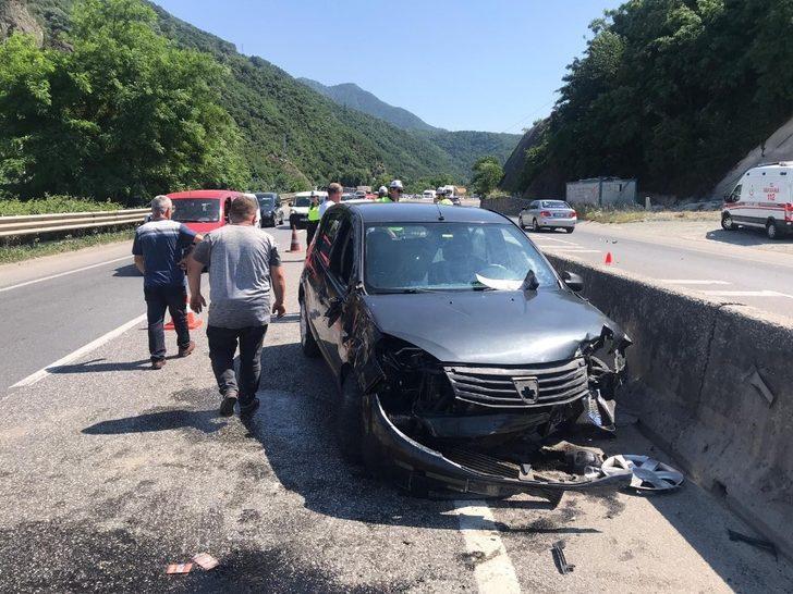 Sakarya'da otomobil beton refüje çarptı: 3 yaralı