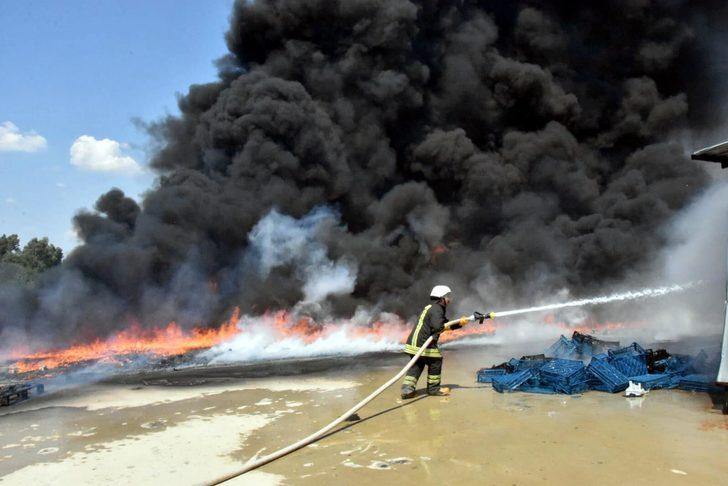 Anız ateşi plastik kasa atölyesini yaktı