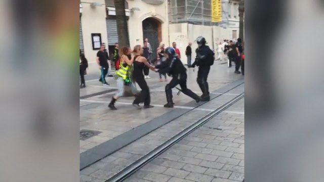 Sarı yelekli kadın eylemcilere polis şiddeti