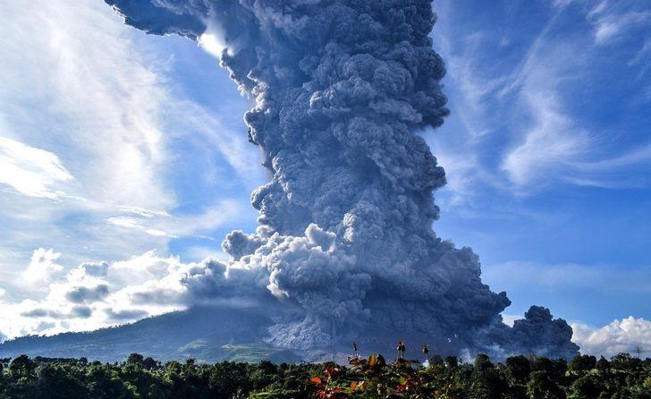 Sinabung Yanardağı kül püskürdü