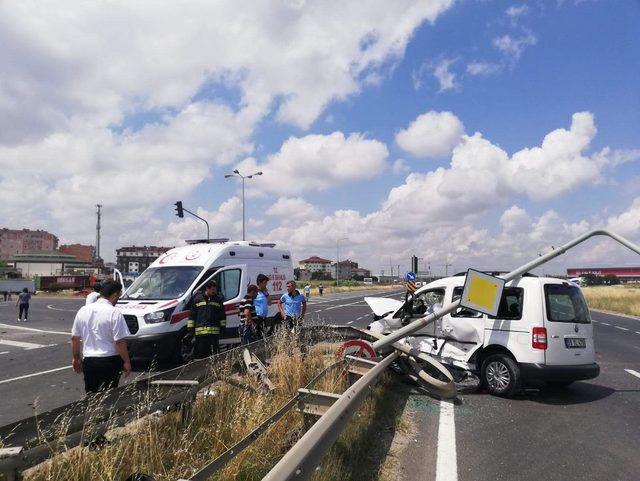 Hafif ticari araç ile otomobil çarpıştı: 1 ölü, 1 yaralı