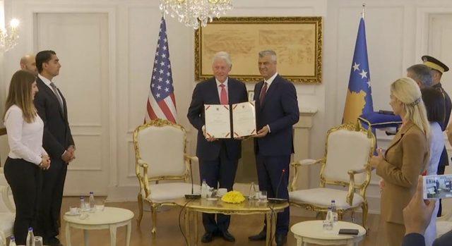Bill Clinton'a Kosova'da 'Cumhurbaşkanlığı Nişanı' verildi