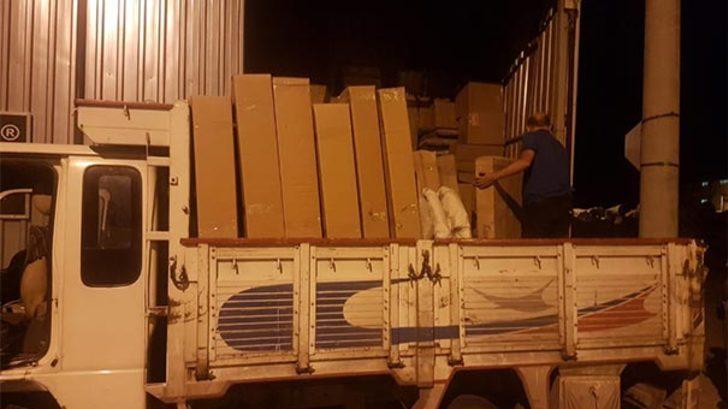 Böyle hırsızlık görülmedi! Göz göre göre ne varsa kamyona yüklediler!