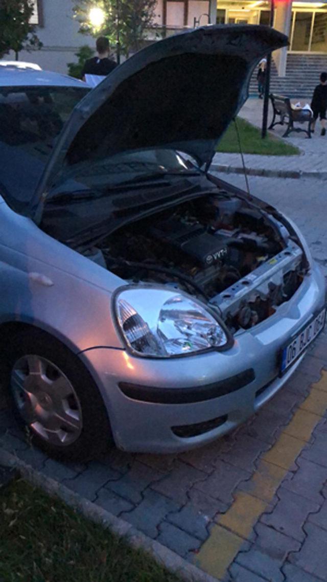 Otomobilin motoruna giren yılanı, itfaiye çıkardı