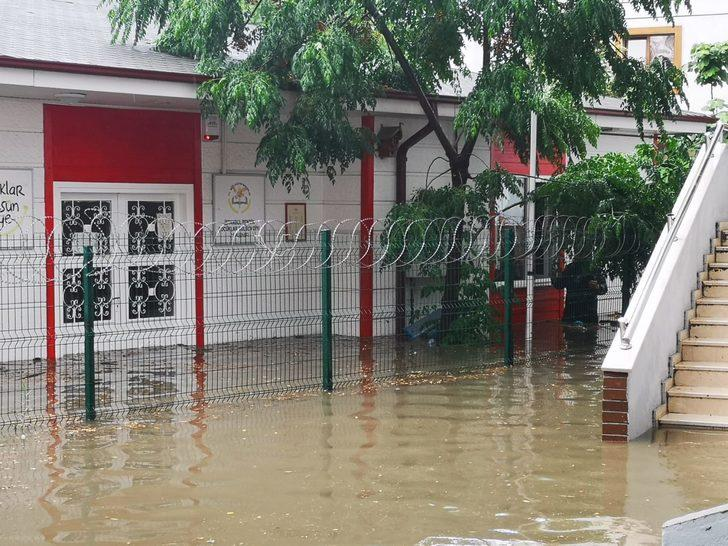 Pendik'te okulu su bastı (1)