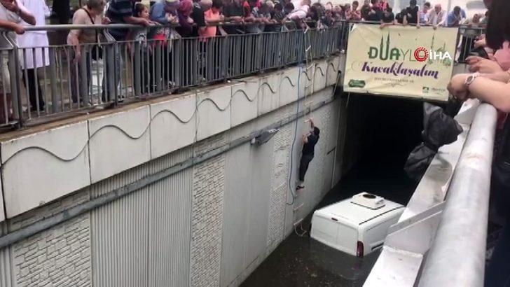 Pendik'te bir vatandaş su basan alt geçitte aracıyla mahsur kaldı. Vatandaş kendisine sarkıtılan merdivenlerden tırmanarak yukarı çıkabildi.