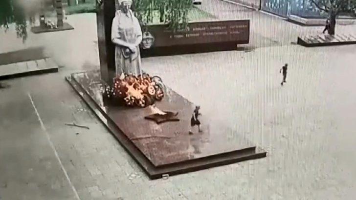 Çocuklar anıttaki çelenkleri ateşe verdi