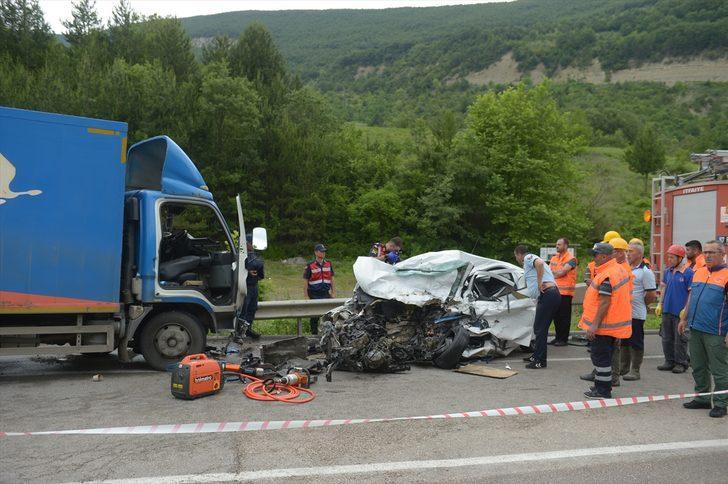 GÜNCELLEME - Sinop'ta kamyon ile otomobil çarpıştı: 2 ölü, 1 yaralı