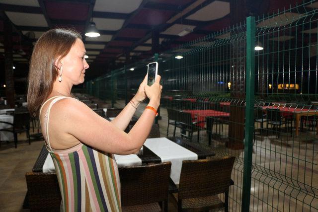 Otel ve sahil tel örgülerle ayrıldı, turistler mağdur