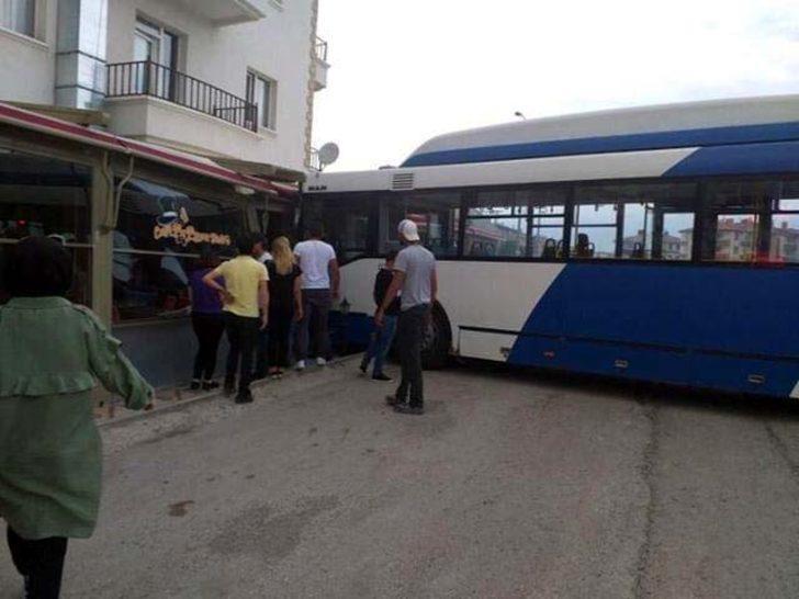 Belediye otobüsü, çarptığı araçla kafeye girdi: 3 yaralı