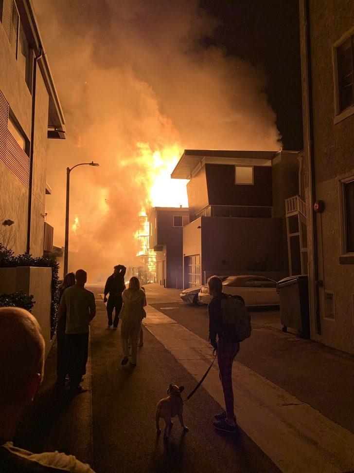 ABD'de 3 katlı evde çıkan yangın güçlükle söndürülebildi