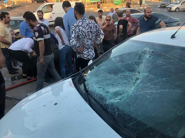 Güngören'de otomobil tramvaya çarptı (1)