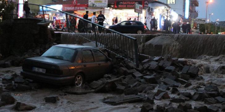 Sele dayanamayan istinat duvarı araçların üstüne yıkıldı