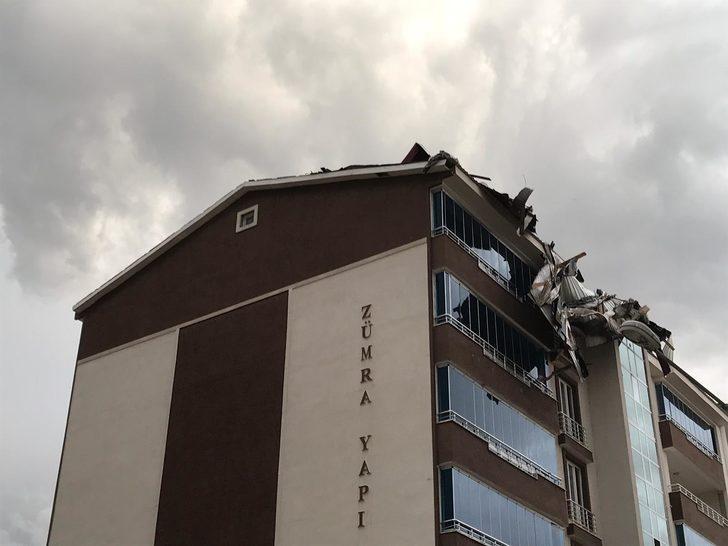 Muş'ta rüzgar çatıları uçurdu