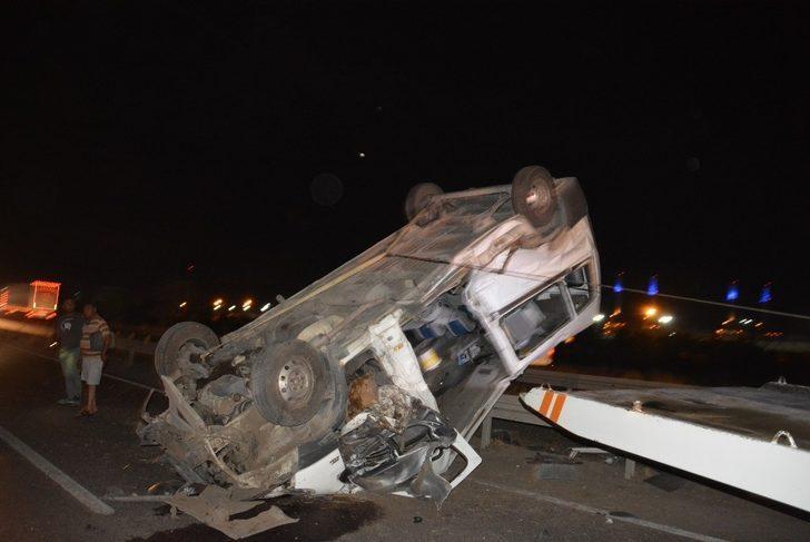 İzmir 'de  yolcu otobüsü devrildi.1 Kişi yaralandı.