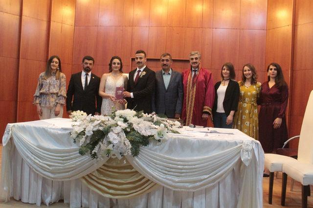 30 bin kişiyi evlendiren nikah memuru, bu kez kızının nikahını kıydı