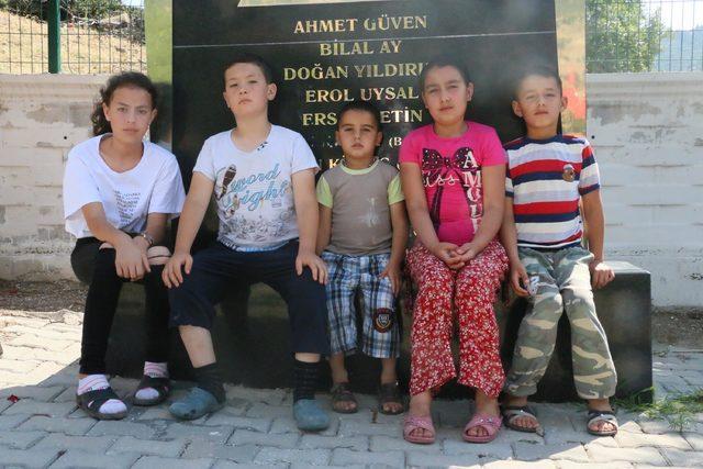 Soma'da ölen madencilerin çocukları babalarının mezarlarını ziyaret etti