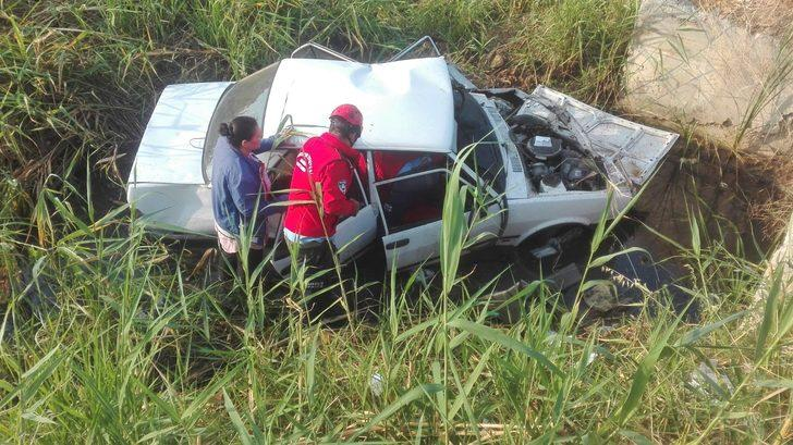 Burhaniye'de 2 yayaya çarpan otomobil şarampole uçtu: 6 yaralı