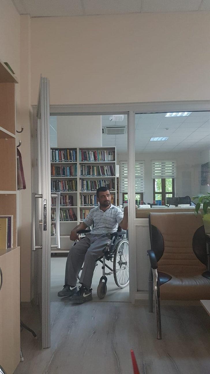 Kütüphanede vakit geçiren Rafet'in hayali okur- yazar olmak