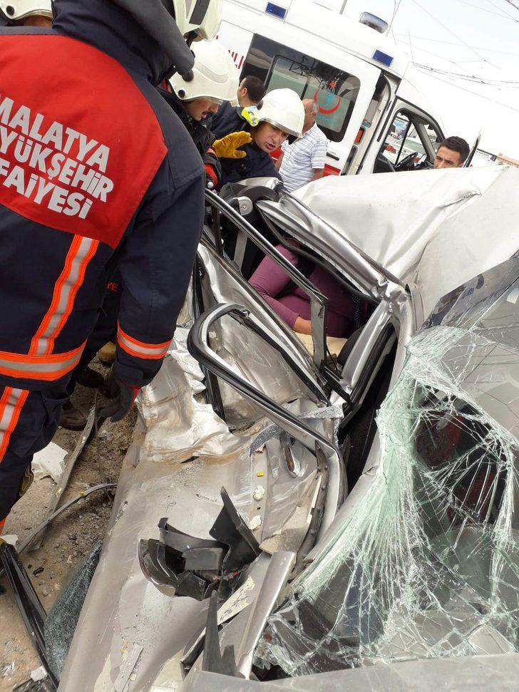 Otomobil, direğe çarptı: 6 yaralı