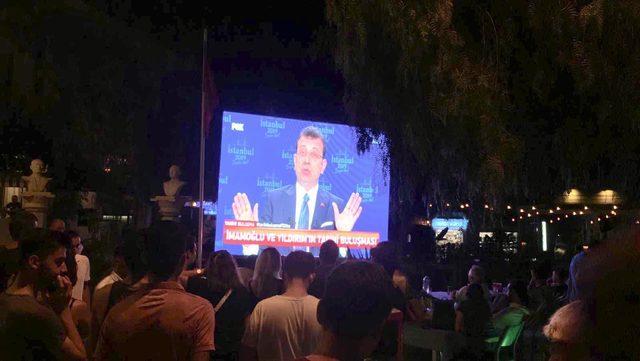 Alaçatı'da tatilciler adayları dev ekrandan izledi
