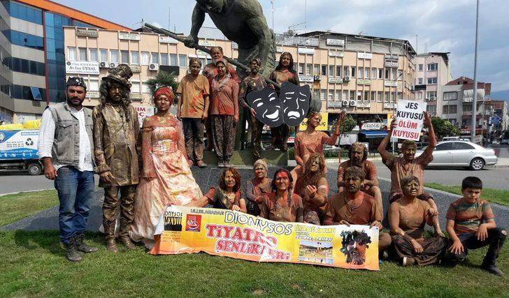 Sokak sanatçılarından çamurla JES protestosu