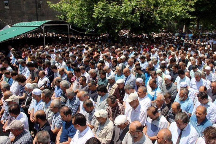Binlerce kişi Mursi için gıyabi namazında saf tuttu