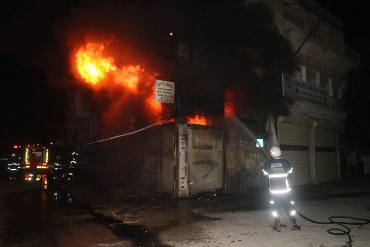 Adana'da iş yeri yangını: 3 araç küle döndü