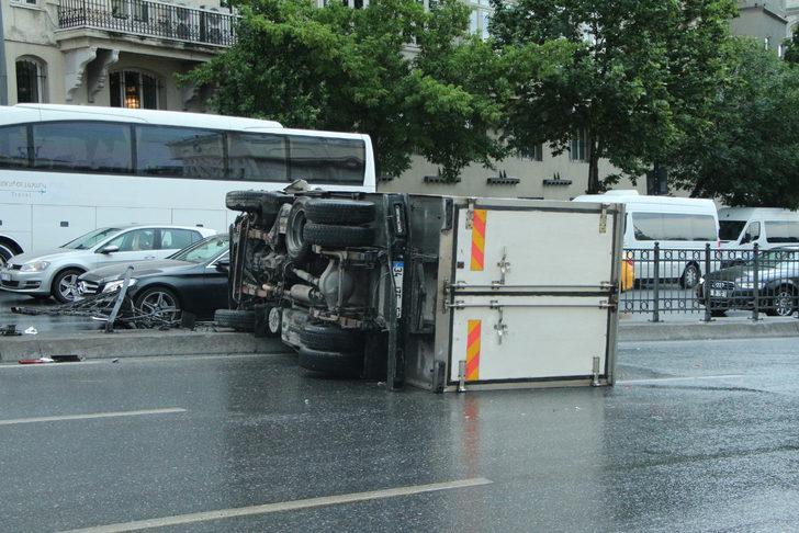 Beyoğlu'nda bariyerlere çarpan kamyonet devrildi
