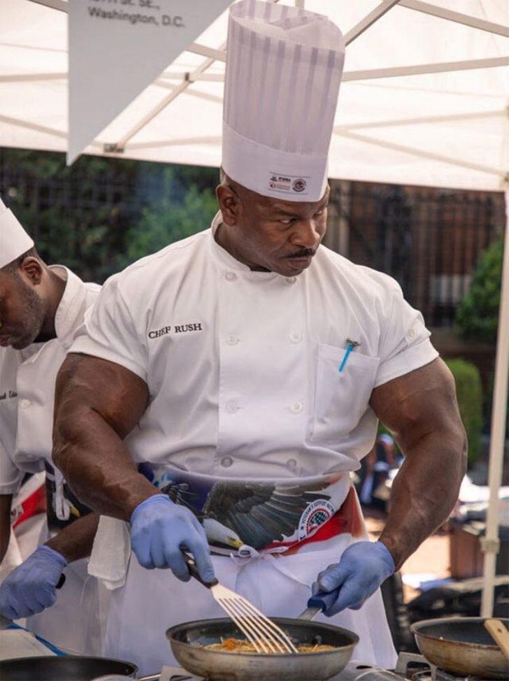 Kaslarıyla dillere düşen beyaz sarayın aşçısı Andre Rush ile tanışın.